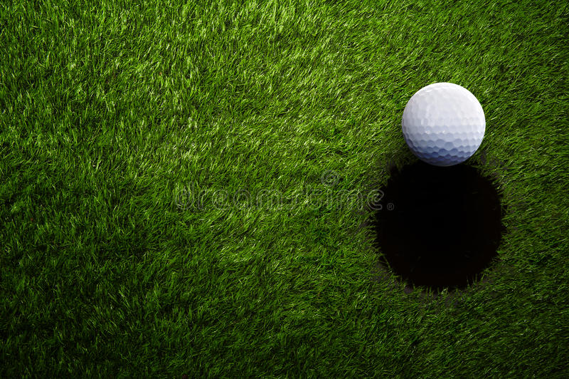 Bola de golfe na grama verde de cima de imagem de stock