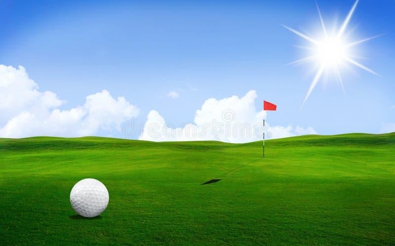Bola de golfe no curso fotografia de stock