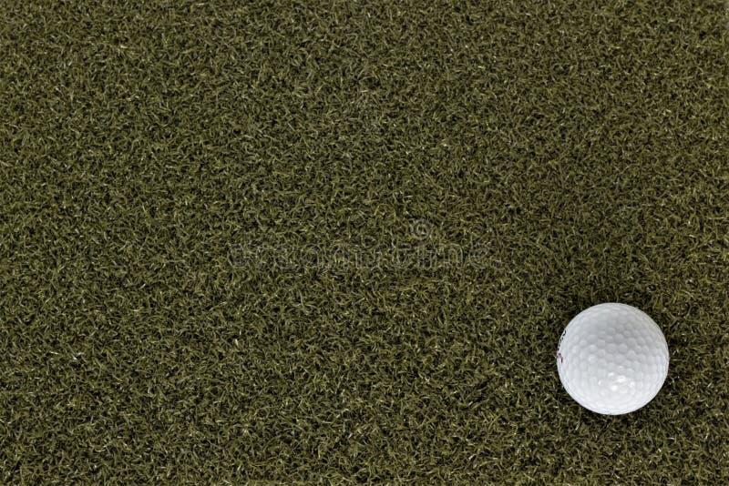 Bola de golfe no verde com espa?o negativo foto de stock royalty free