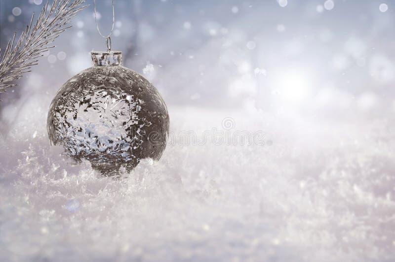 Bola de hielo hermosa en nieve real al aire libre foto de archivo libre de regalías