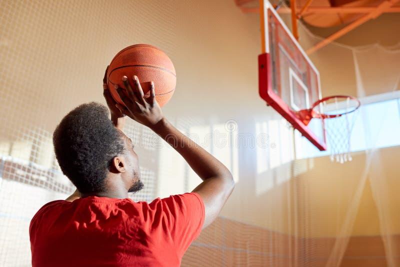 Bola de jogo do basquetebol do homem negro imagem de stock