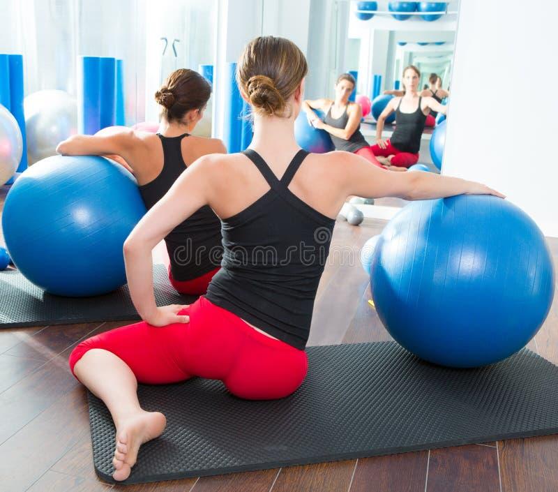 Bola de la estabilidad en vista posterior de la clase de Pilates de las mujeres imagen de archivo libre de regalías
