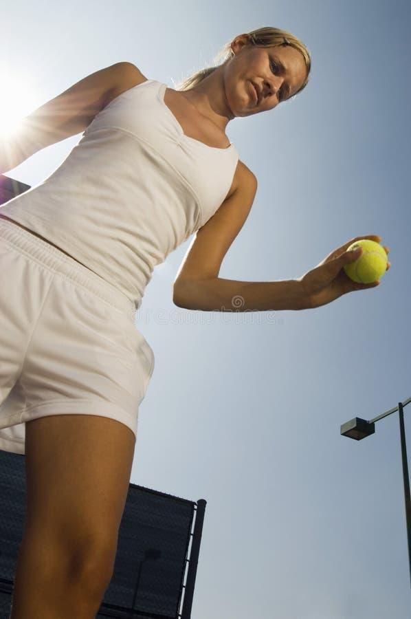Bola de la explotación agrícola del jugador de tenis foto de archivo