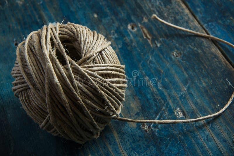 Bola de la guita del cáñamo en fondo de madera azul foto de archivo libre de regalías
