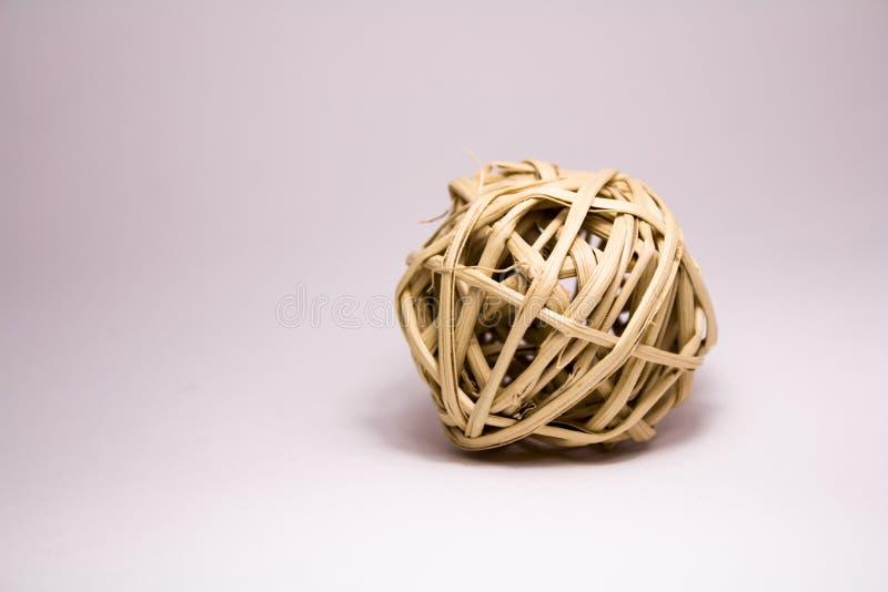 Bola de la hierba seca en un fondo blanco fotografía de archivo