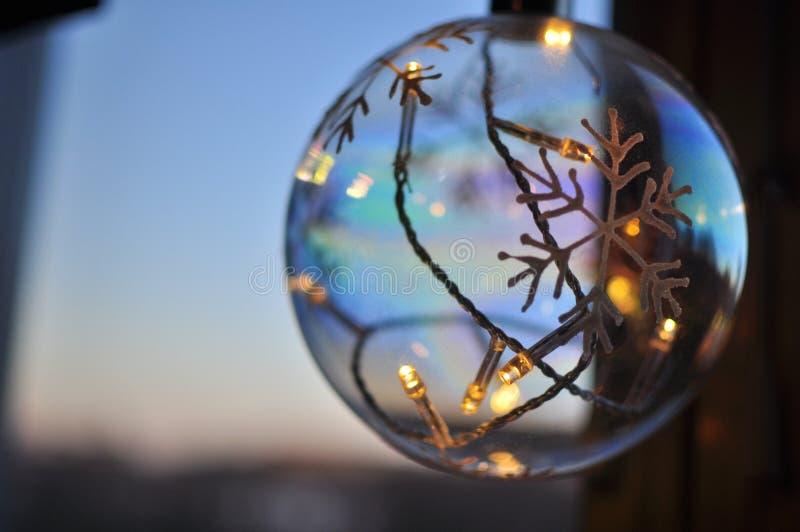 Bola de la lámpara de la Navidad, Estocolmo, Suecia imagenes de archivo
