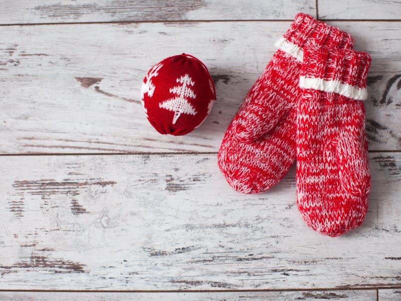 Bola de la manopla y de la Navidad en el piso de madera imagen de archivo libre de regalías