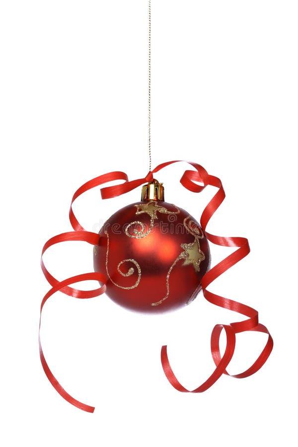 Bola de la Navidad con una cinta fotografía de archivo libre de regalías