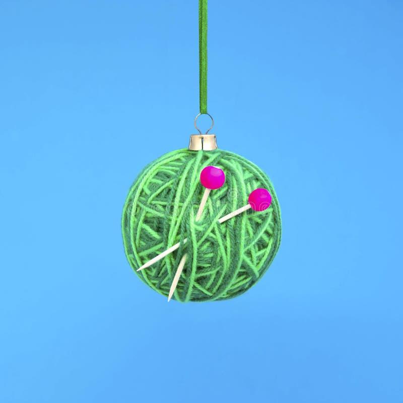 Bola de la Navidad del hilado con las agujas que hacen punto imágenes de archivo libres de regalías