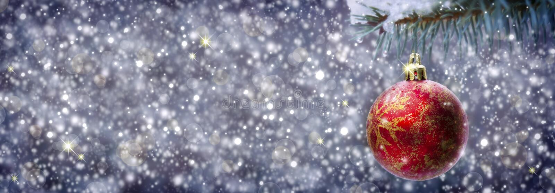 Bola de la Navidad en fondo gris imagen de archivo libre de regalías