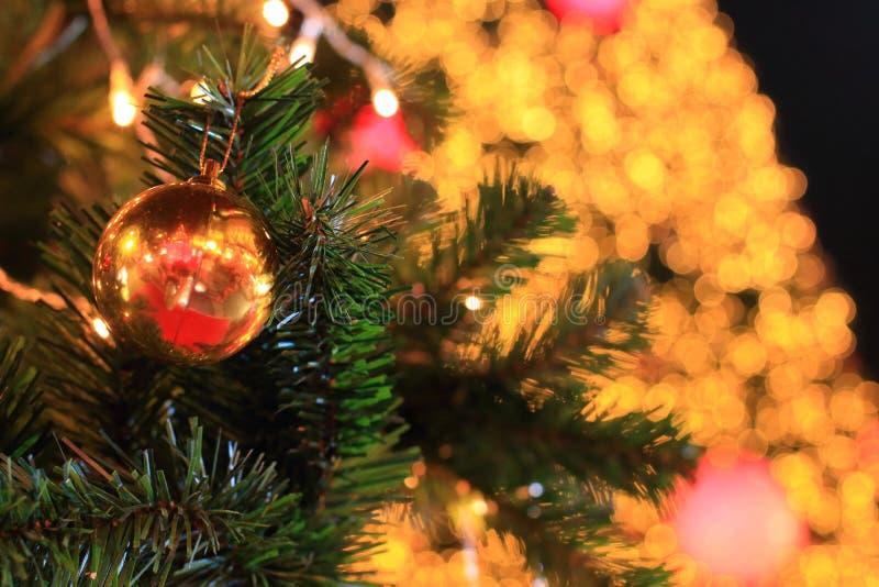 Bola de la Navidad en la noche fotos de archivo
