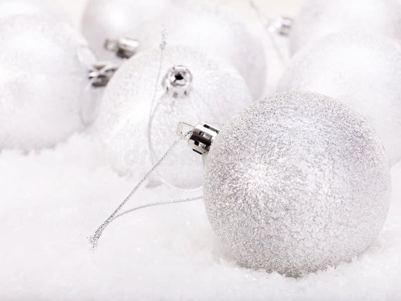 Bola de la Navidad en nieve. foto de archivo libre de regalías