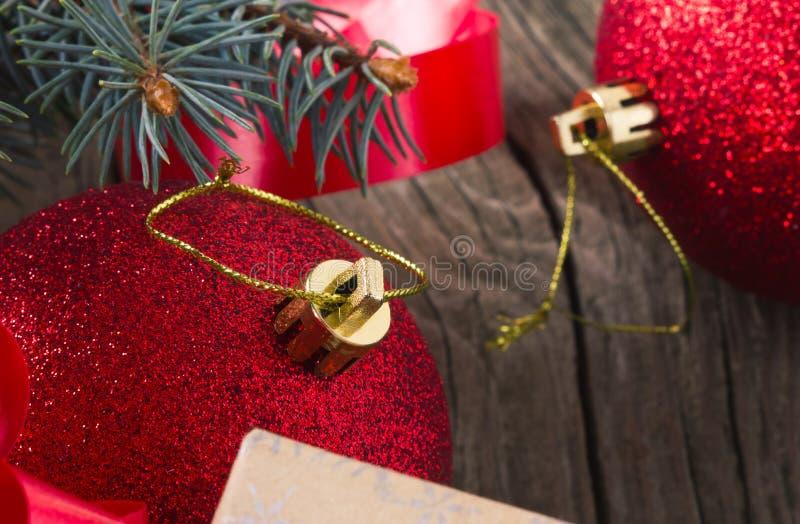 Bola de la Navidad en un foco corto fotos de archivo libres de regalías