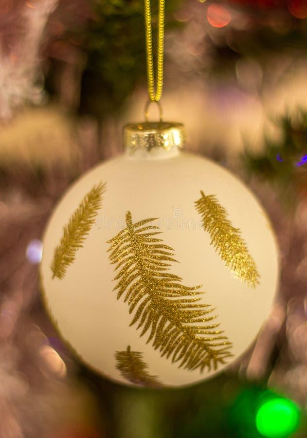 Bola de la Navidad de la pluma blanca y de oro foto de archivo libre de regalías