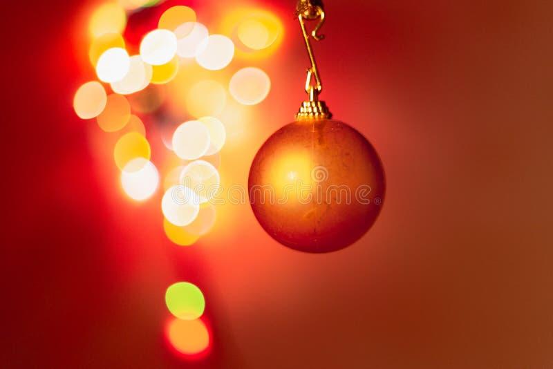 Bola de la Navidad y bokeh de la decoración imagen de archivo