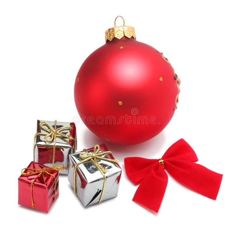Bola de la Navidad y rectángulo de regalo imagen de archivo