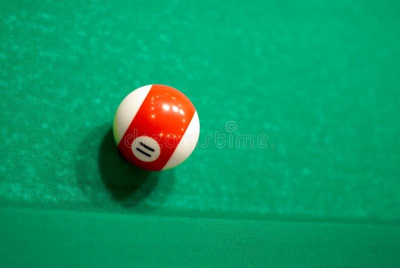 Bola 11 de la piscina o billares en una tabla de billar fotografía de archivo libre de regalías
