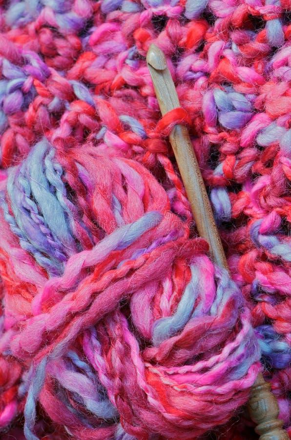 Bola de las lanas y gancho de leva de ganchillo imagen de archivo