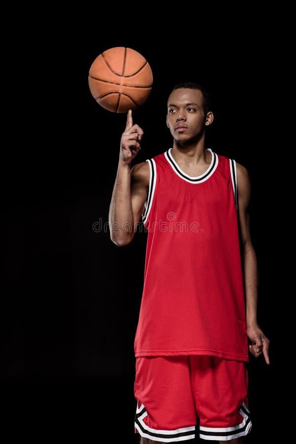 Bola de levantamento e de equilíbrio do jogador de basquetebol afro-americano foto de stock royalty free