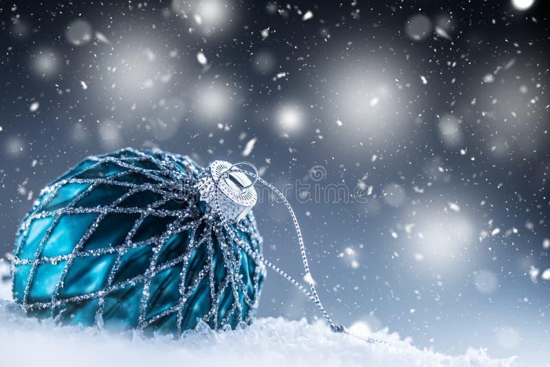 Bola de lujo de la Navidad en nieve y atmósfera snoiwy abstracta imagenes de archivo
