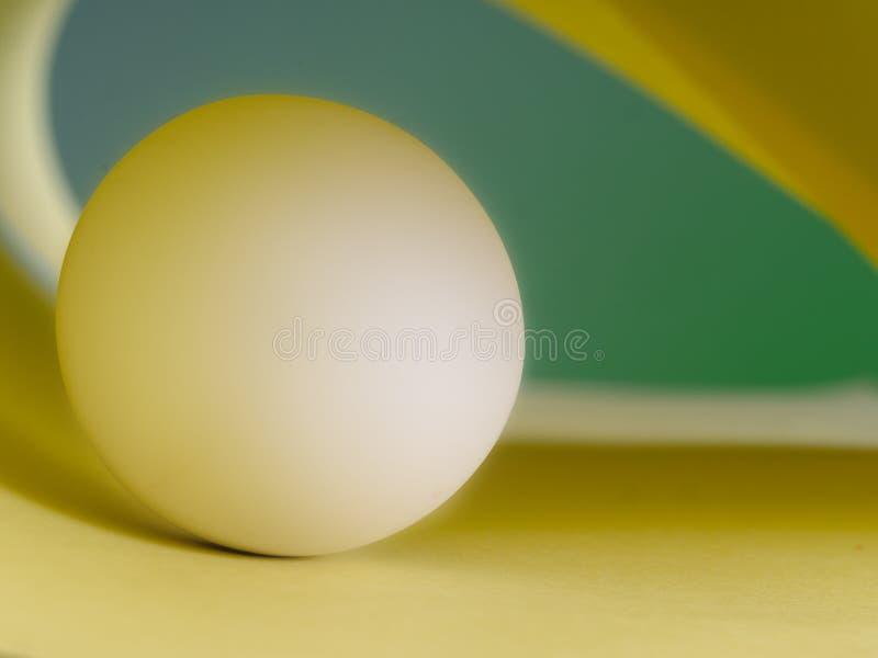 Bola de mármore branca no fundo verde e amarelo, abstrato imagens de stock