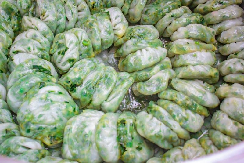 Bola de masa hervida cocida al vapor rellena con las cebolletas de ajo, Kanom Kuicheai fotos de archivo libres de regalías