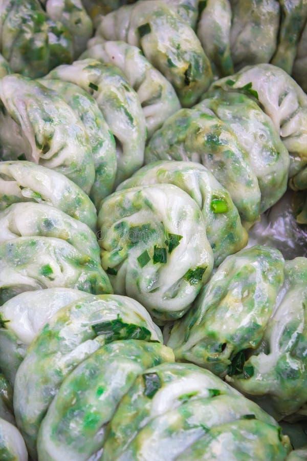 Bola de masa hervida cocida al vapor rellena con las cebolletas de ajo, Kanom Kuicheai foto de archivo