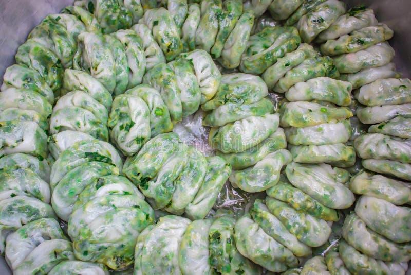 Bola de masa hervida cocida al vapor rellena con las cebolletas de ajo, Kanom Kuicheai imagenes de archivo