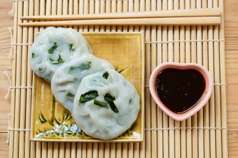 Bola de masa hervida cocida al vapor rellena con las cebolletas de ajo (cebolletas chinas) fotografía de archivo libre de regalías
