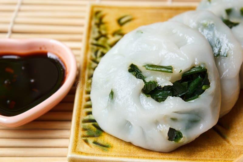 Bola de masa hervida cocida al vapor rellena con las cebolletas de ajo (cebolletas chinas) imagenes de archivo