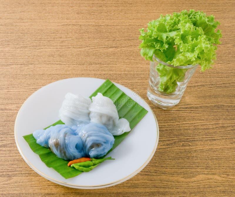Bola de masa hervida cocida al vapor tailandesa de la piel del arroz con cerdo picadito fotografía de archivo libre de regalías