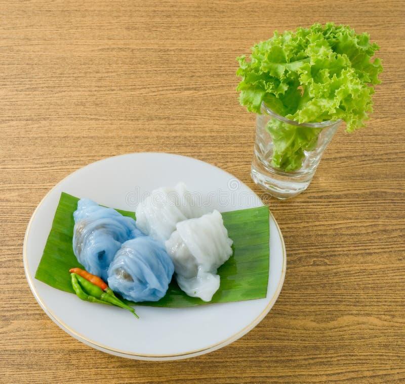 Bola de masa hervida cocida al vapor tailandesa de la piel del arroz con cerdo picadito dulce imágenes de archivo libres de regalías
