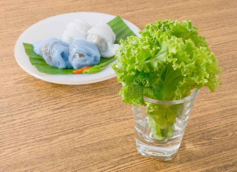 Bola de masa hervida cocida al vapor tailandesa de la piel del arroz con las hojas de la lechuga foto de archivo libre de regalías