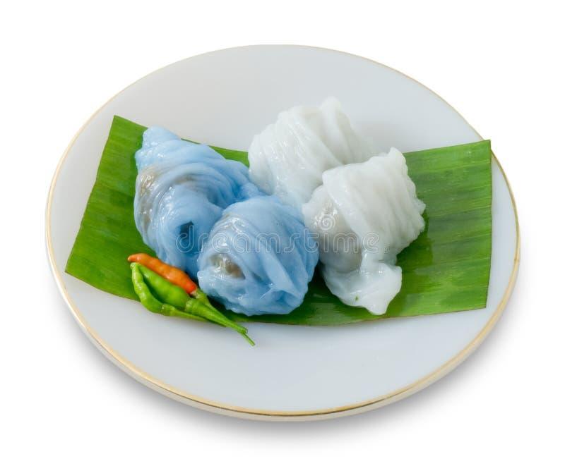 Bola de masa hervida cocida al vapor tailandesa de la piel del arroz en el fondo blanco foto de archivo