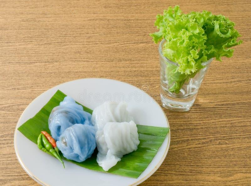 Bola de masa hervida cocida al vapor tailandesa de la piel del arroz llenada de cerdo picadito imagen de archivo