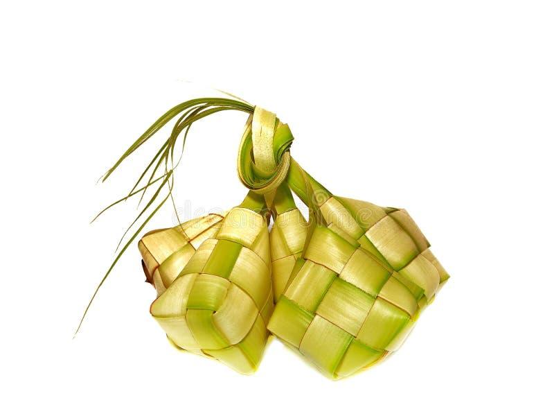Bola de masa hervida del arroz de Ketupat aislada en el fondo blanco imagen de archivo