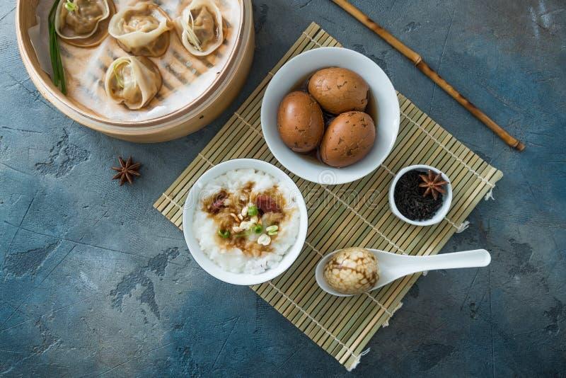 Bola de masa hervida fluida china con los huevos y el porrige del té fotos de archivo libres de regalías