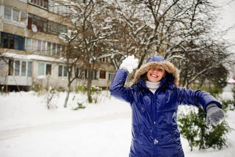Bola de neve dos lances da jovem mulher fotografia de stock