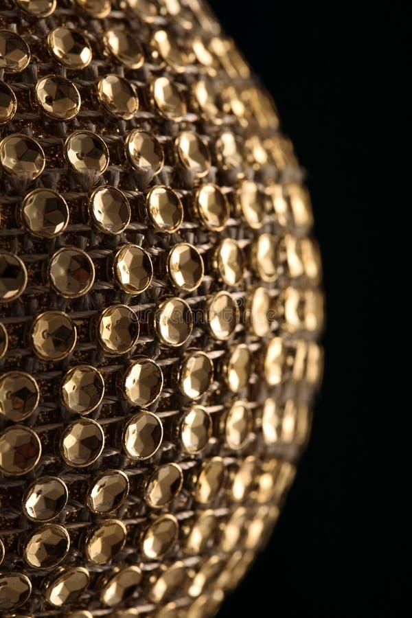 Bola de oro de la Navidad, aislada en negro fotos de archivo libres de regalías