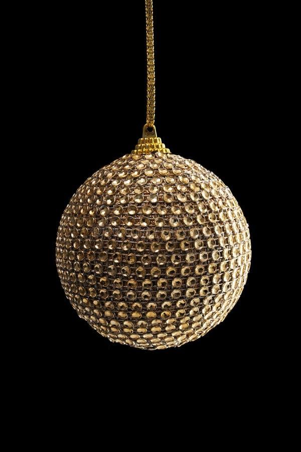 Bola de oro de la Navidad, aislada en negro fotografía de archivo