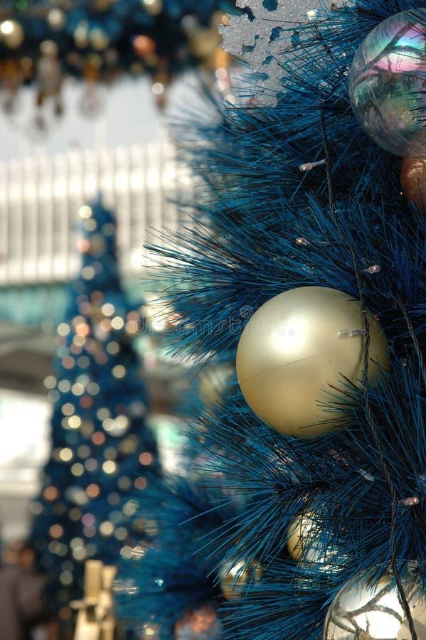 Bola de oro de la Navidad en árbol foto de archivo