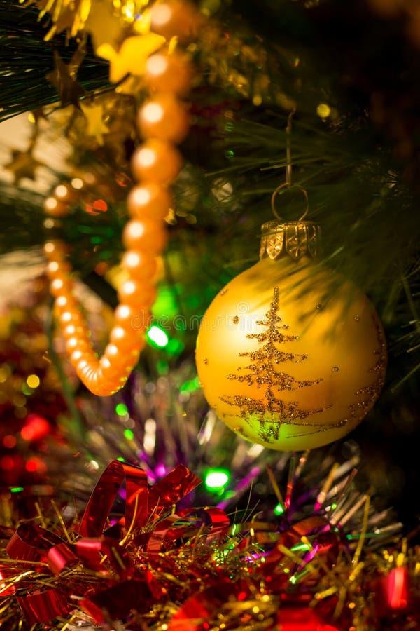 Bola de oro del árbol del Año Nuevo imagen de archivo libre de regalías