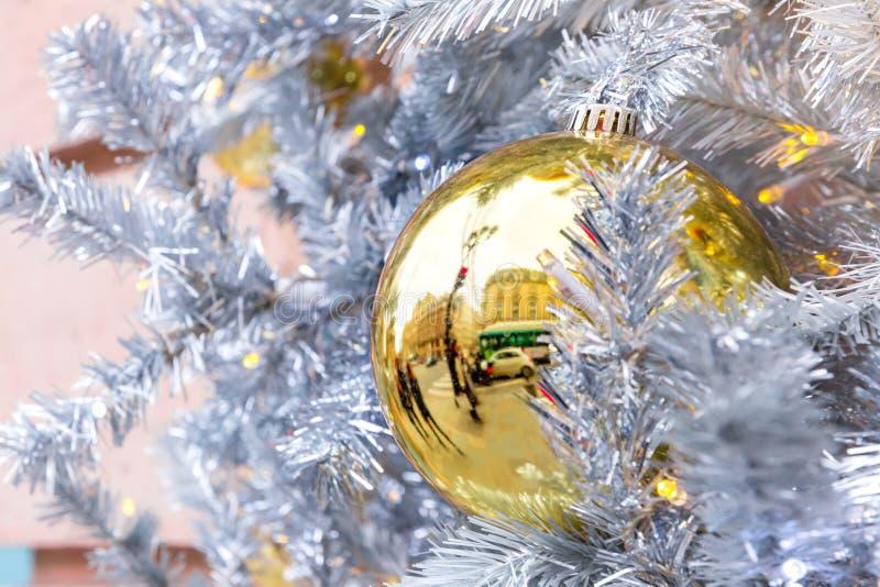 Bola de oro de la Navidad en París, Francia fotografía de archivo libre de regalías