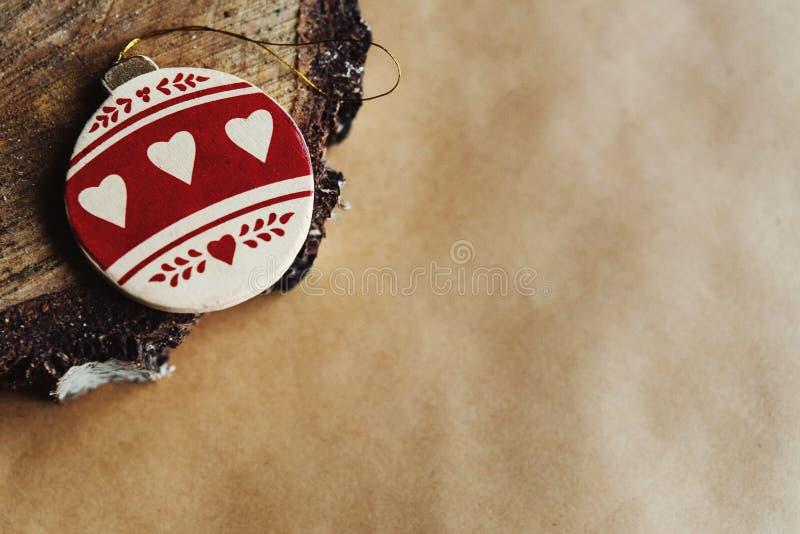 Bola de oro de madera brillante elegante hermosa con el modelo del corazón, c imágenes de archivo libres de regalías