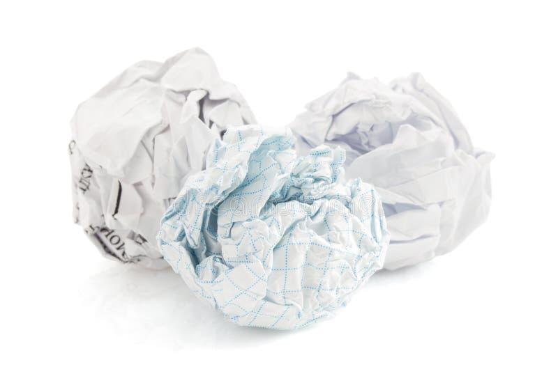 Bola de papel arrugada en blanco fotografía de archivo