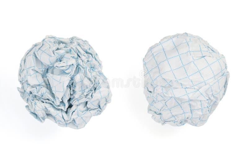Bola de papel arrugada en el fondo blanco fotografía de archivo libre de regalías