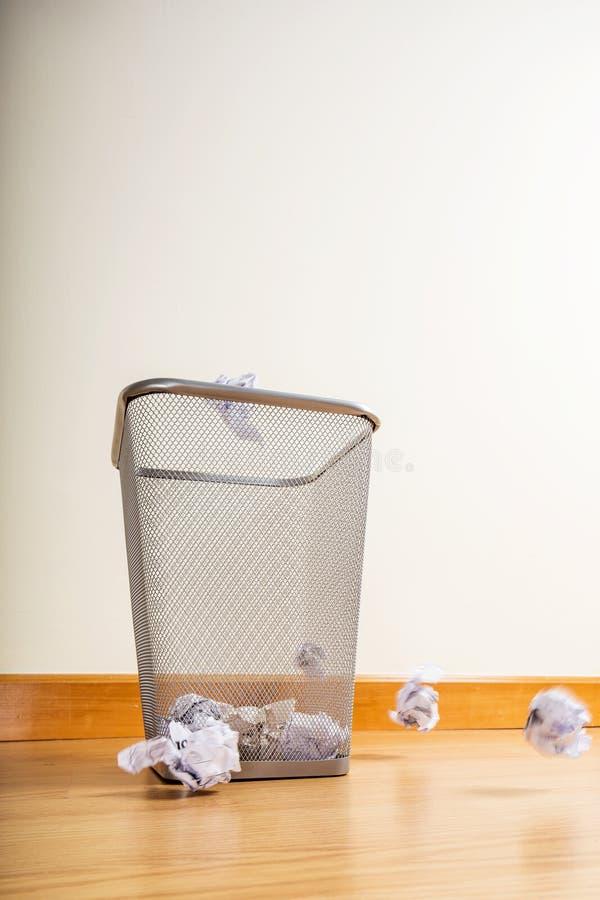 Bola de papel que lanza para trash fotos de archivo libres de regalías
