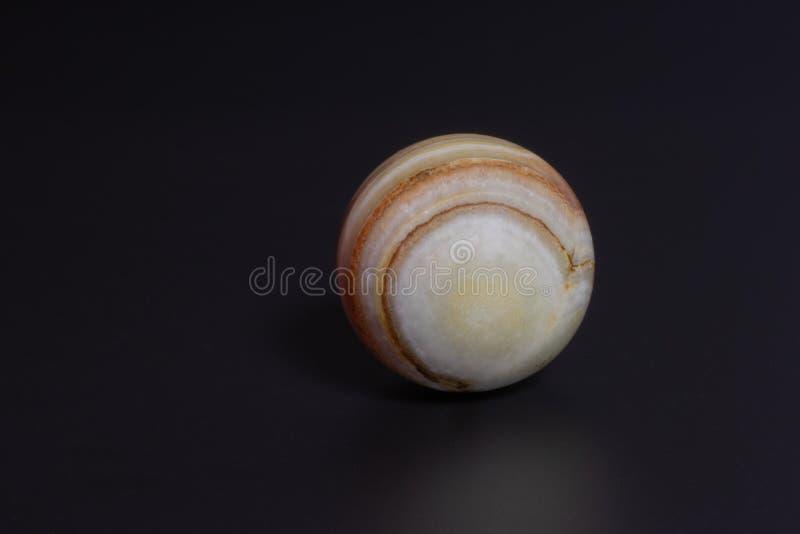 bola de piedra hermosa en un fondo negro foto de archivo libre de regalías