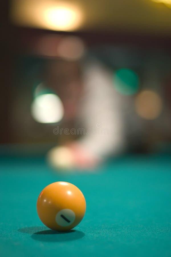 Bola de piscina amarilla imágenes de archivo libres de regalías