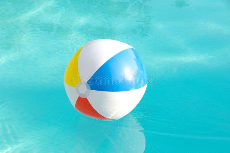 Bola de playa en la piscina fotografía de archivo libre de regalías
